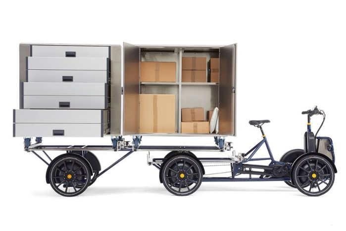 Der er let adgang til boksenes indhold, og de kan rulles fra varebilens lastrum og direkte over på cyklen. Foto: Aluca