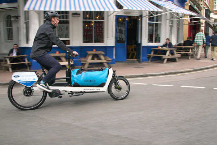 I tungt befærdede områder skal pakken leveres med f.eks. et cykelbud