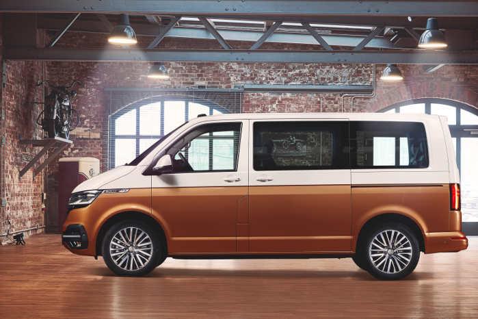 VW Multivan i to-tonet lakering. Set fra siden ligner den sig selv
