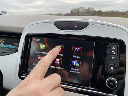 Selv om det er lovligt at trykke på sin fastmonterede mobil eller bilens touchskærm, når man kører bil, så skal man være varsom med det. En ny undersøgelse fra Rådet for Sikker Trafik og Forsikring & Pension viser, at det langt fra altid går godt.