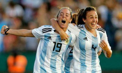 La canción suena en su versión original pero las imágenes momentos históricos de la Selección Femenina Argentina.