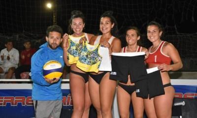 Las campeonas Travaglini y Domínguez junto a Martín Becerra y a la dupla finalista.