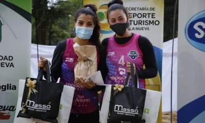 La pareja de Domínguez y Travaglini sonrieron en Villa Nueva.