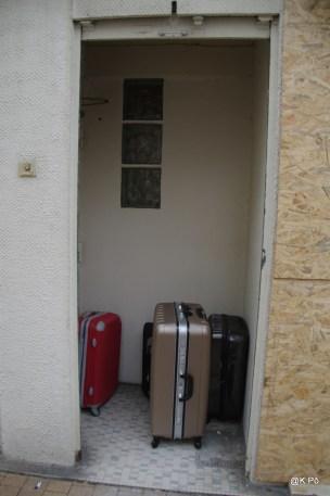 valises louches dans un recoin