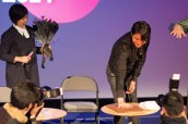 Jeon Hye-jung (artistic director of the festival) is amused by Jung Woo-sung's efforts, Tony Rayns (hand) helpfully demonstrates.