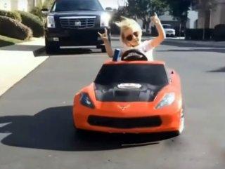 Akülü arabasıyla drift yapan küçük kız