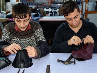 Engelliler ayakkabı üreterek sosyal hayata giriyor