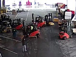 Otomobil hırsızını durduran Forklift sürücüleri