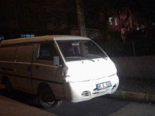 Çaldığı minibüsün yakıtı bitince minibüs çalarak kaçtı