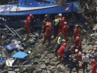 Peru'da yolcu otobüsü uçuruma devrildi