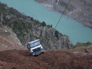 Uçuruma kayan kamyondan son anda kurtuldu
