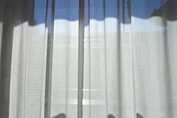 青と白のカーテン