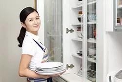看護師と食器棚