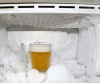 冷蔵庫の中で霜が巨大化! 冷蔵庫内の簡単な霜取りテクニックとは?