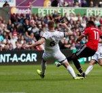 مانشستر يونايتد يواصل عروضه القوية ويسحق سوانزي سيتي برباعية في الدوري الإنجليزي