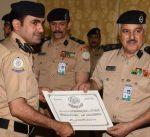اللواء منصور العوضي يقلد انواط الخدمة لعدد من قيادات وضباط قطاع أمن المنافذ