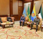 سمو أمير البلاد يستقبل رئيس الأركان وعدد من قادة الجيش إثر حادث مروحيتهم في بنغلاديش