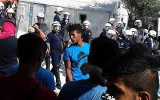 اليونان: الشرطة تُنهي مظاهرة واشتباكات للمهاجرين مع السكان في ليسبوس