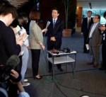 رئيس الوزراء الياباني : بيان ترامب وكيم خطوة نحو نزع السلاح النووي