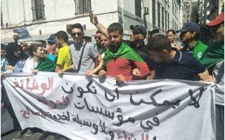 طلبة الجزائر يواصلون مسيراتهم الاحتجاجية للمطالبة بالتغيير ورحيل رموز النظام