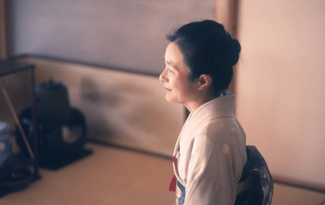 Nobue Yamashita conducts a tea ceremony at Wa-shin-an in 1994.