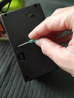 Cómo abrir la tapa de la batería de la consola