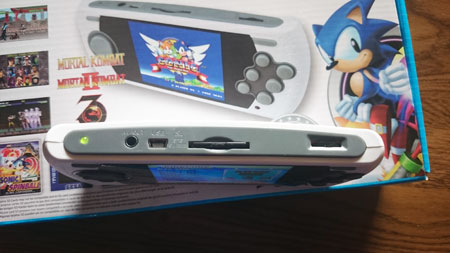 Conexiones USB, AV, ranura tarjeta SD y control volúmen de la consola Retro Mega Drive Ultimate Portátil.