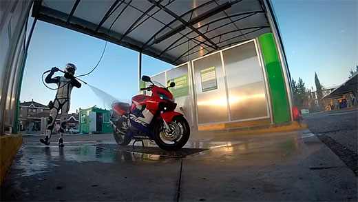 Majes lavando su moto.