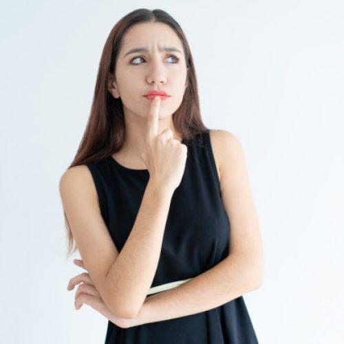 mujer con duda de realizar un curso de pilates