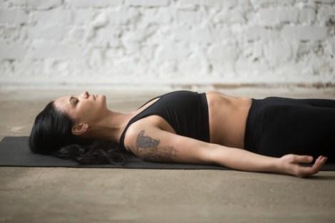 Mujer acostada entrenando patrones de respiración en pilates