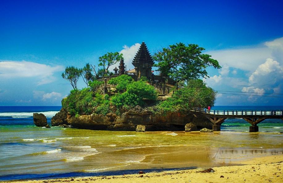 Pantai Balekambang Sebagai Tempat Wisata di Malang yang Nge-TOP