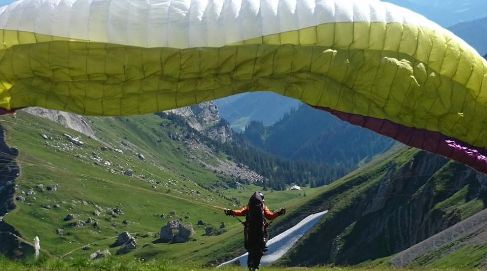 Tempat Liburan Sky Diving dan Hang Gliding