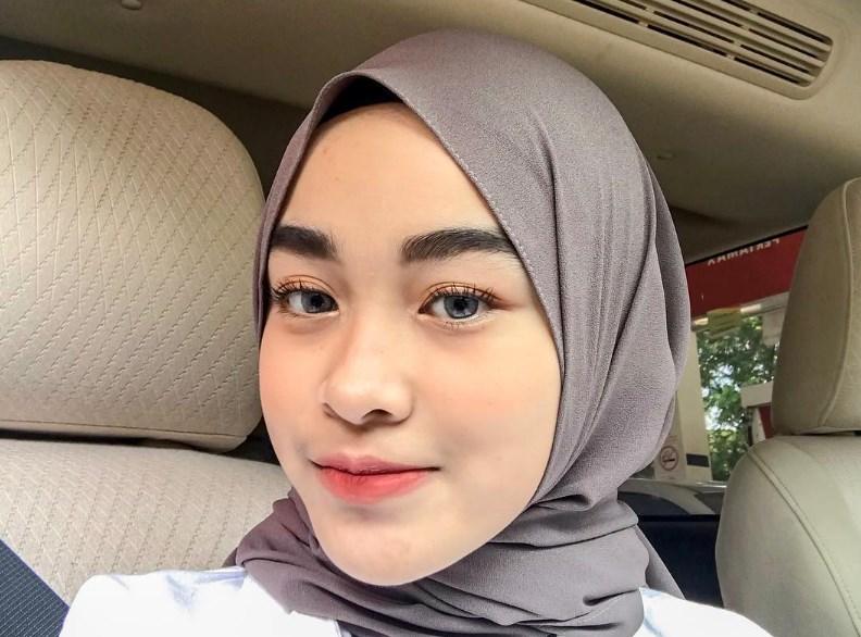 Hijab Melingkari Leher Agar Wajah Bulat Tersembunyi Lebih Lama