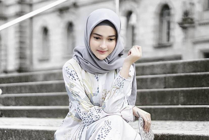 Kenakan Style Hijab Segi Empat Wajah Bulat