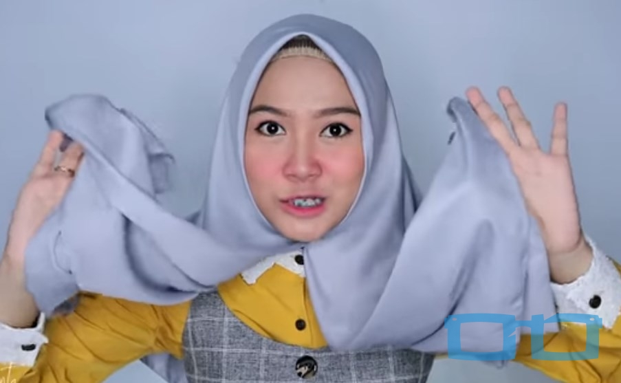 Tutorial Hijab Segi Empat Syari Terbaru untuk Wajah Bulat Buat Kedua Sisi Hijab Sama Panjang