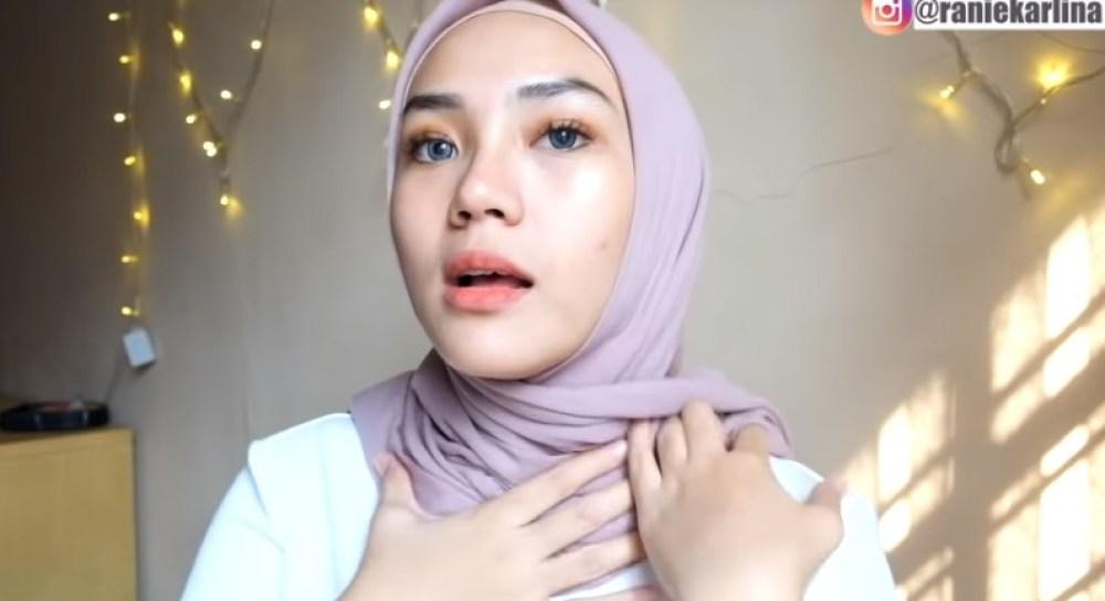 Cara Memakai Hijab Segi Empat Simple dan Mudah Sederhana, Rapikan dan Kebelakangkan Kedua Sisi Hijab Segi Empat