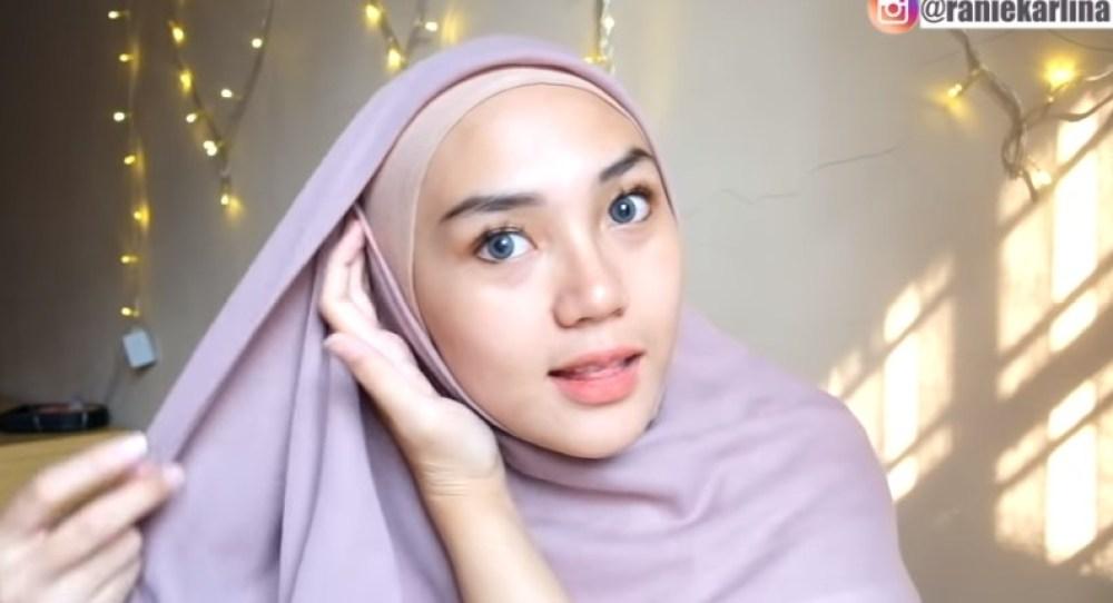 Cara Memakai Jilbab Segi Empat Kreasi Sederhana, Modern dan Kekinian, Bawa Sisi Hijab yang Sudah Dilipat ke Arah Sisi Lainnya Samping Kepalamu