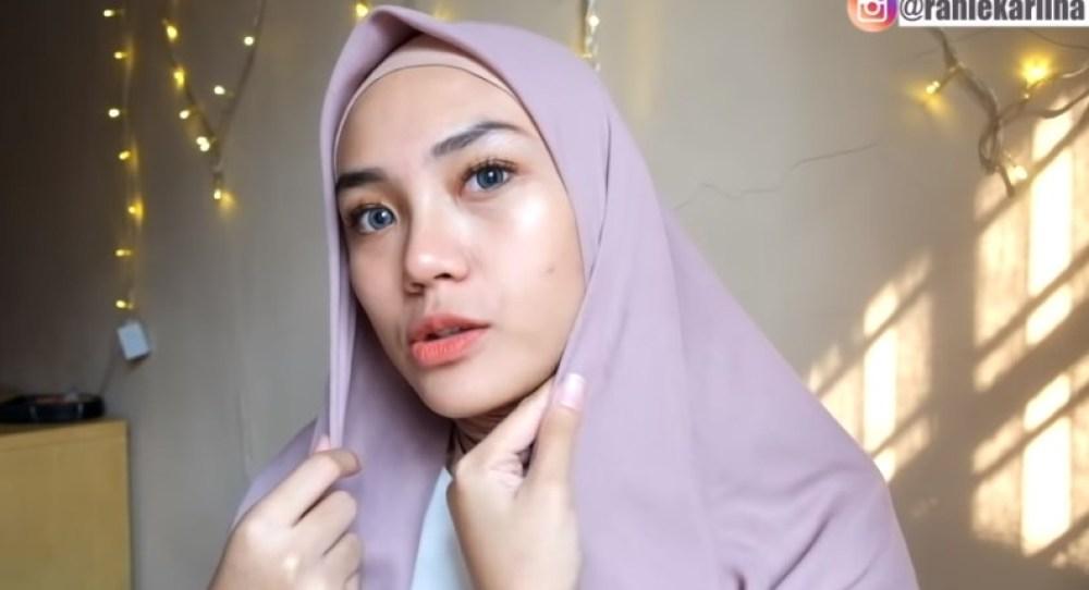 Cara Memakai Jilbab Segi Empat Kreasi Sederhana, Modern dan Kekinian, Lipat Salah Satu HIjab dengan Rapi dan Pas dengan Bentuk Wajahmu