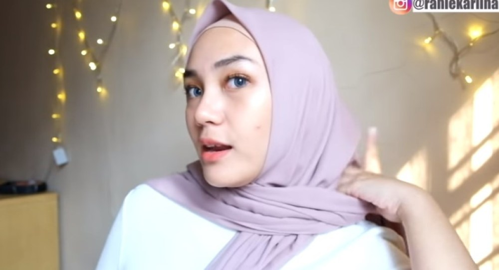 Cara Pakai Hijab Segi Empat Simple dan Cantik Sederhana, Bawa Salah Satu Sisi Hijab Ke Belakang Memutar Kembali Kedepan