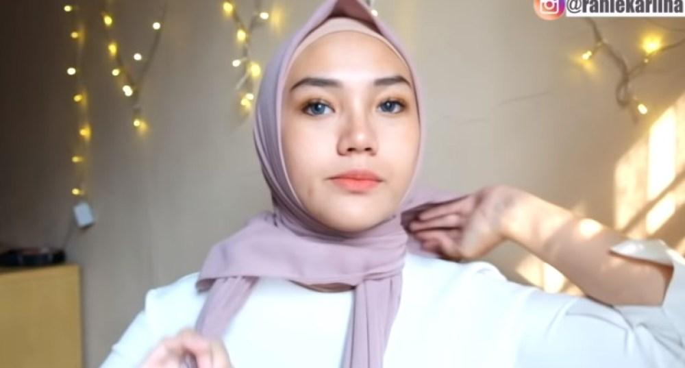 Cara Pakai Hijab Segi Empat Simple dan Cantik Sederhana, Pastikan Bagian Belakang Hijab Dikeluarkan Agar Lebih Rapi Lalu Ikat Hijab dengan Rapi