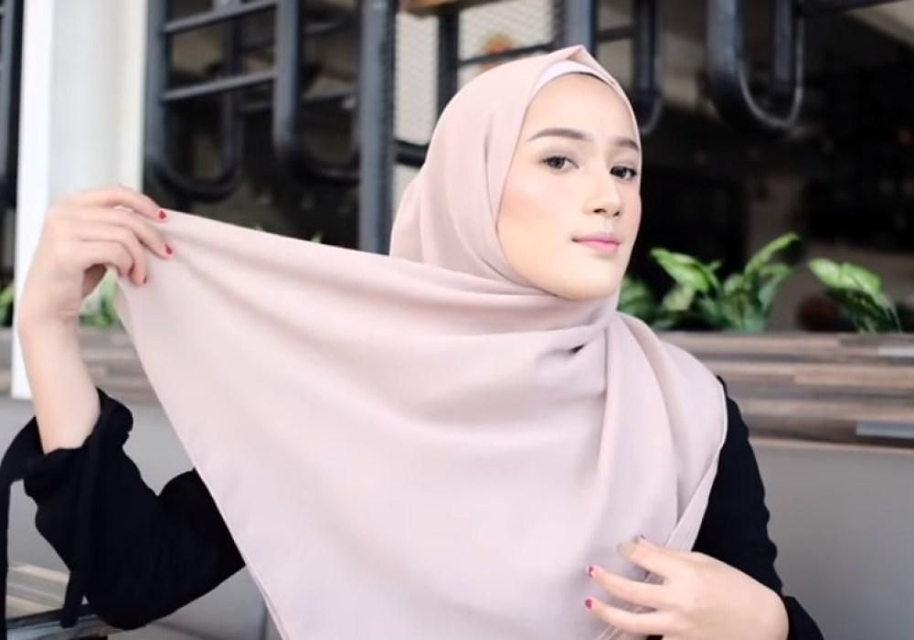 Toturial Hijab Segi Empat Model Pashmina Simple dan Modis, Bawa Sisi Hijab yang Panjang ke Bagian Atas Belakang Kepala