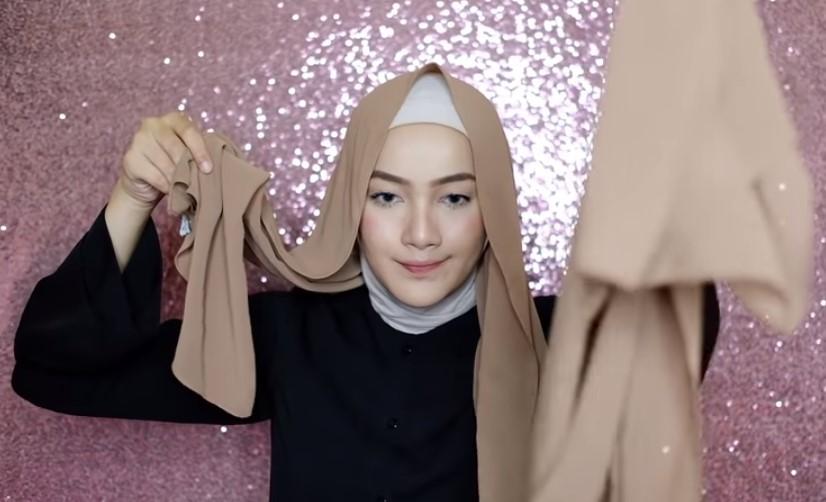 Tutorial Hijab Pashmina Syari Menutup Dada untuk Wisuda Gunakan Inner Hijab dan Buat Salah Satu Sisi Lebih Panjang Dari Sisi Lainnya