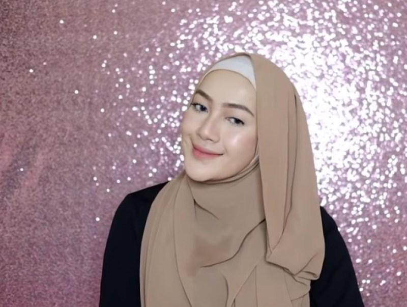 Tutorial Hijab Pashmina Syari Menutup Dada untuk Wisuda SELESAI