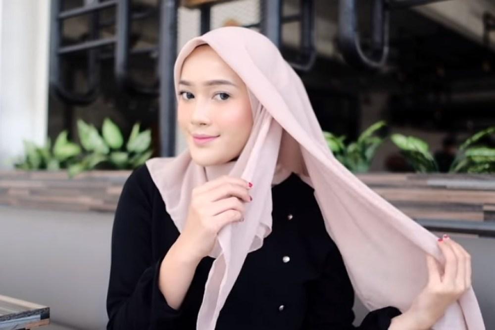 Tutorial Hijab Segi Empat Modern Simple dan Modis, Bawa Sisi Hijab Pendek di Dalam ke Arah Luar