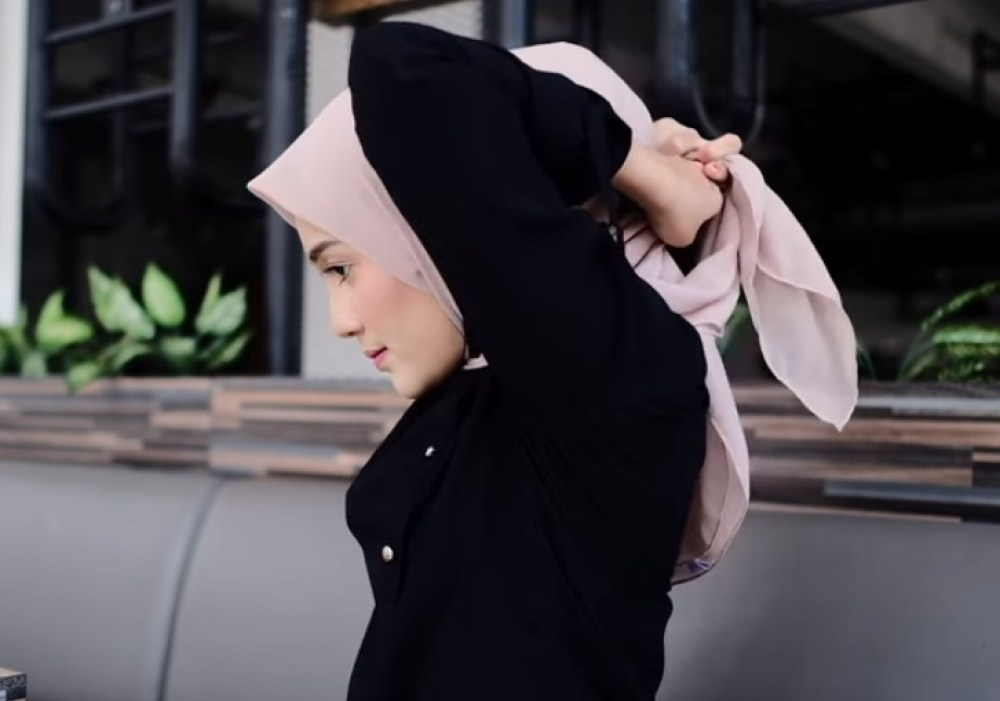 Tutorial Hijab Segi Empat Paris Simple dan Modis, Ikat Kedua Sisi Hijab Segi Empat dengan Rapi