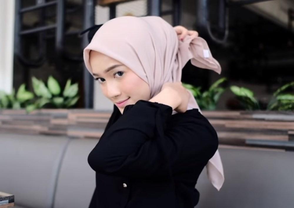 Tutorial Hijab Segi Empat Paris Simple dan Modis, Tarik Sisi Belakang Hijab Segi Empat Keluar