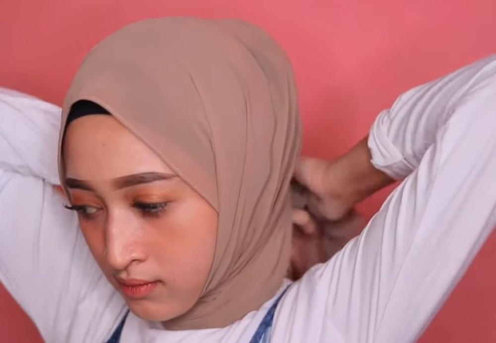 Cara Memakai Hijab Pashmina Simple dan Modis, Ikat Kedua Sisi Hijab dengan Rapi