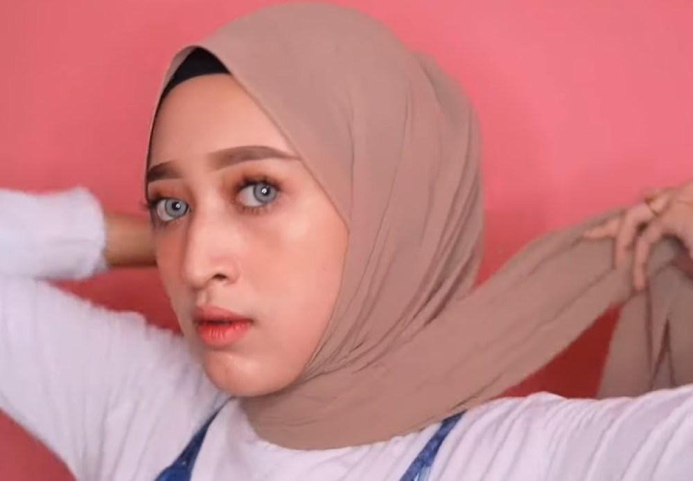 Cara Memakai Hijab Pashmina Simple dan Modis, Silangkan Kedua Sisi Hijab ke Belakang