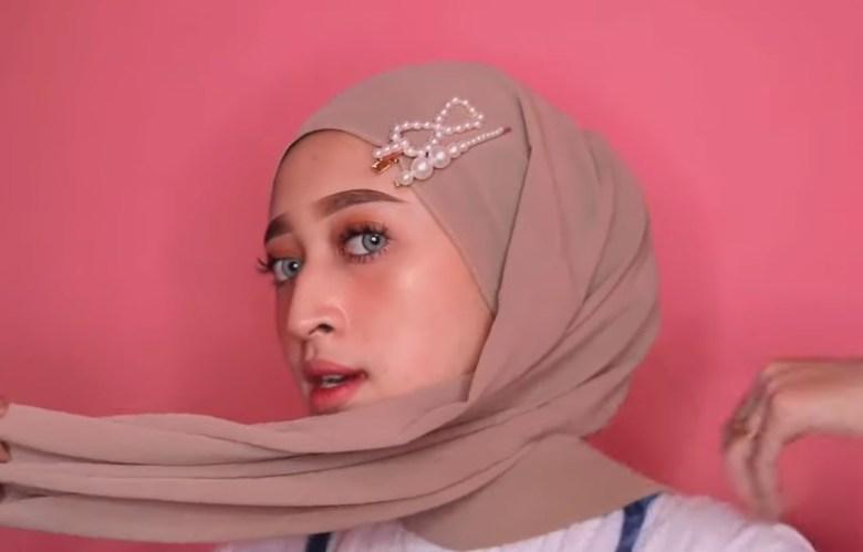 Cara Memakai Jilbab Pashmina Simple dan Mudah, Silangkan Hijab Setiap Sisi ke Belakang