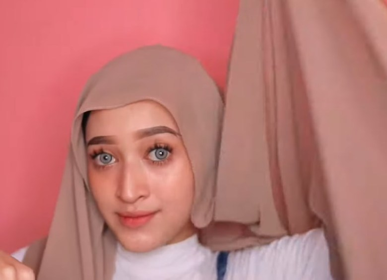 Cara Memakai Kerudung Pashmina Panjang Simple dan Mudah, Pastikan Salah Satu Sisi Hijab Lebih Panjang